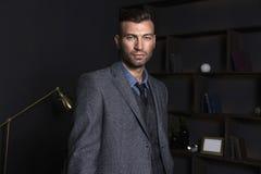Stående av en brutal stilfull man i en affärsdräkt Elegant stilig man i huset fotografering för bildbyråer