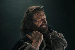 Stående av en brutala flintskalliga viking i en stridpost som poserar mot en svart bakgrund Royaltyfria Bilder