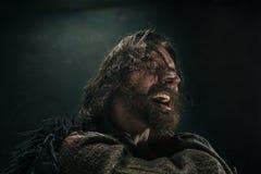 Stående av en brutala flintskalliga viking i en stridpost som poserar mot en svart bakgrund Royaltyfri Fotografi