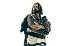 Stående av en brutala flintskalliga viking i en stridpost som poserar mot en vit bakgrund Royaltyfri Fotografi