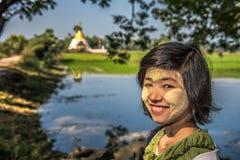 Stående av en burmese flicka med thanaka på hennes framsida Royaltyfri Fotografi