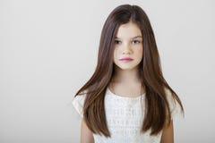 Stående av en charmig brunettliten flicka fotografering för bildbyråer