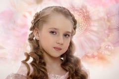 Stående av en charmig liten flicka royaltyfri fotografi