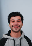 Stående av en cheerfull som ler den unga mannen Fotografering för Bildbyråer