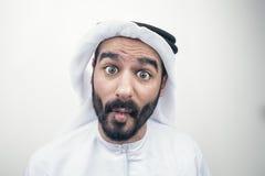 Stående av en chockad arabisk man, arabisk man med ett förvånat ansiktsuttryck Arkivbild