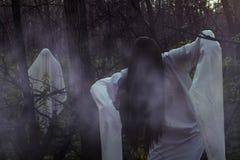 Stående av en död flicka på allhelgonaafton i en dyster skog royaltyfri fotografi