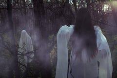 Stående av en död flicka på allhelgonaafton i en dyster skog fotografering för bildbyråer
