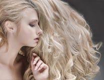 Stående av en dam med en fluffig frisyr arkivbild