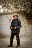Stående av en eftertänksam man från Tibet Royaltyfri Fotografi