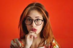 Stående av en emotionell caucasian flicka i exponeringsglas i ett elfenben D Arkivbild
