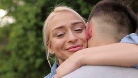 Stående av en förälskad flicka krama hennes pojkvän arkivfilmer