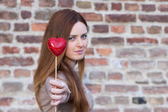 Stående av en förälskad som gullig flicka räcker en hjärta Royaltyfria Bilder