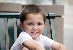 Stående av en förtjusande latinamerikansk pojke Royaltyfri Bild