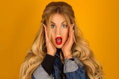 Stående av en förvånad blondin i ett grov bomullstvillomslag Fotografering för Bildbyråer