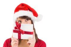 Stående av en festlig ung kvinna som rymmer en gåva Arkivfoto