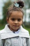 Stående av en flicka i en grå kofta Fotografering för Bildbyråer