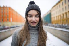 Stående av en flicka i en hatt och ett varmt omslag Royaltyfri Bild