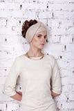 Stående av en flicka i en turban och en beige färg Arkivbild
