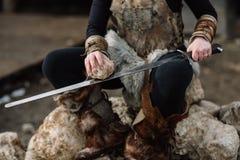 Stående av en flicka i en Viking dräkt, rött hår arkivfoton