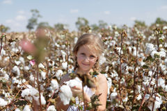 Stående av en flicka i ett fält av bomull Royaltyfri Foto