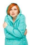Stående av en flicka i ett omslag med darra från förkylningen Royaltyfria Bilder