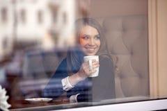 Stående av en flicka i kafét för glas Fotografering för Bildbyråer
