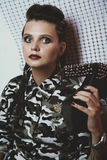 Stående av en flicka i kamouflagekläder Arkivfoton