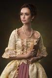 Stående av en flicka i medeltida klänning Arkivbilder