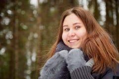 Stående av en flicka i en pinjeskog på en vinterdag royaltyfri fotografi