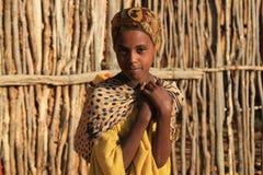 Stående av en flicka i sökande av vatten på soluppgång ethiopia Arkivfoton
