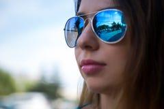 Stående av en flicka i solglasögon Arkivfoton