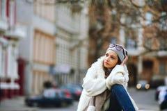 Stående av en flicka i staden Royaltyfri Foto