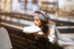 Stående av en flicka i staden Royaltyfria Bilder