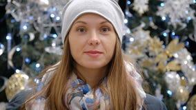 Stående av en flicka i en supermarket på bakgrunden av julpynt stock video