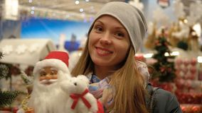 Stående av en flicka i en supermarket på bakgrunden av julpynt lager videofilmer