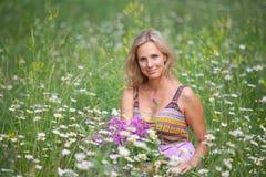 Stående av en flicka med blommachamerion Fotografering för Bildbyråer