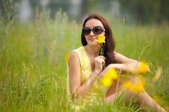 Stående av en flicka med blommaliljan Arkivbilder