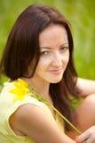 Stående av en flicka med blommaliljan Royaltyfria Bilder
