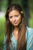 Stående av en flicka med blomman (den mjuka fokusen) arkivfoton
