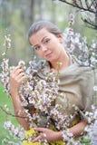 Stående av en flicka med blommor Arkivbilder