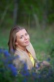 Stående av en flicka med blommor Royaltyfri Bild