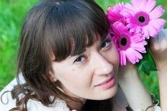 Stående av en flicka med blommor Royaltyfria Bilder