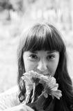 Stående av en flicka med blommor Arkivfoton