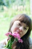 Stående av en flicka med blommor Royaltyfri Fotografi
