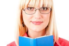 Stående av en flicka med boken royaltyfri bild