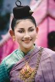 Stående av en flicka med den thailändska traditionella dräkten på den Asien Afrika festivalen fotografering för bildbyråer