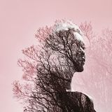 Stående av en flicka med dubbel exponering mot en trädkrona de Royaltyfri Foto