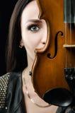 Stående av en flicka med en fiol Fotografering för Bildbyråer