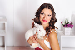 Stående av en flicka med en kanin Royaltyfri Bild