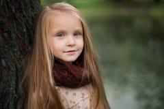Stående av en flicka med en smart blick Arkivfoto